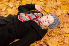 Кленовые листы шарфа пальто женщины Стоковые Изображения RF