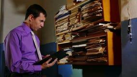 Клерк бухгалтерии сказал обработку документов в офисе сток-видео