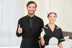 Клерк и горничная гостиницы держа большие пальцы руки вверх Стоковое Изображение RF