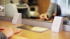 Клерк подсчитывать деньги и клиент на офисе банка акции видеоматериалы