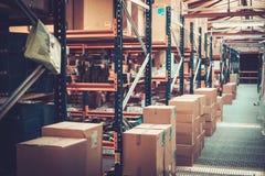 Клети и коробки на полки в складе стоковые изображения
