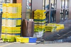 Клети красочных коробок пластичные Кучи контейнеров упаковки для хранения рыб задвижки Стоковые Изображения