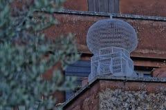 Клетка птицы на стене Стоковое Фото