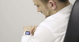 Клетка Smartphone и используемое smartwatch будучи соединянным совместно и видеоматериал