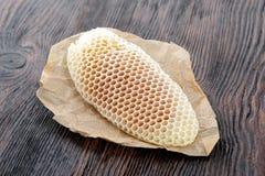 Клетки сота воска пчелы меда с сладостным медом Стоковые Изображения RF