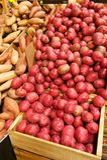 Клеть гастронома вполне красных картошек Стоковое Фото