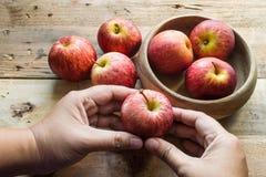 клеть яблок органическая Стоковая Фотография RF