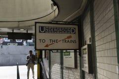 ` К знаку Лондона ` поездов подземному Стоковые Изображения