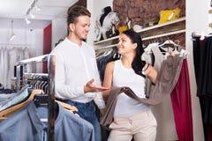 2 клиента выбирая джинсы Стоковые Изображения