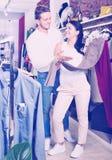 2 клиента выбирая джинсы Стоковое Фото