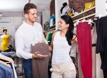 2 клиента выбирая джинсы Стоковое фото RF