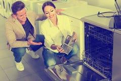 2 клиента выбирая новую стиральную машину блюда Стоковые Фотографии RF