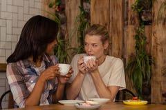 2 клиента выпивая кофе Стоковая Фотография