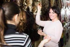 2 клиента покупая расширение волос Стоковые Изображения RF