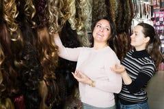 2 клиента покупая расширение волос Стоковые Фото