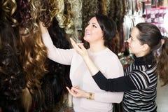 2 клиента покупая расширение волос Стоковое Изображение RF