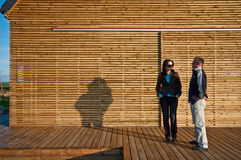 Клиенты вне дружественного к эко дома Стоковая Фотография RF