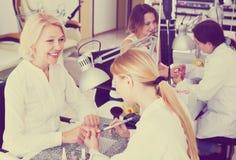 Клиенты женщин в салоне ногтя Стоковые Изображения