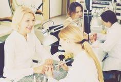 Клиенты женщин в салоне ногтя Стоковое фото RF