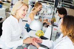 Клиенты женщин в салоне ногтя Стоковые Фото