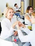Клиенты женщин в салоне ногтя Стоковое Изображение RF