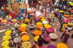 Клиенты и торговцы огромного рынка цветка на занятой индийской улице Стоковые Изображения RF