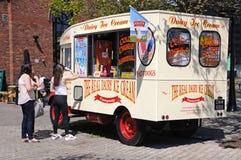 Клиенты на мороженом Van, Ливерпуле Стоковое фото RF