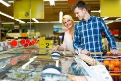 Клиенты на разделе замороженных продуктов Стоковое Изображение