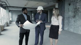 Клиенты определяют детали проекта с подрядчиком сток-видео