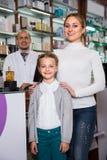 Клиенты порции аптекаря Стоковые Фото