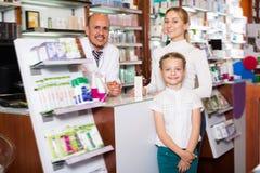 Клиенты порции аптекаря Стоковые Изображения