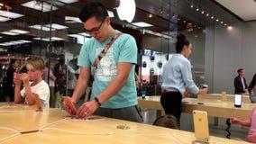 Клиенты пробуя новое выпущенное iPhone 7 и 7 добавочные