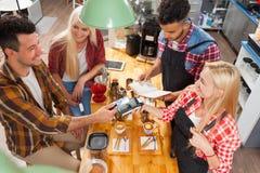 Клиенты сервировки Barista дают счетчик бара кофейни чашки стоковые фото