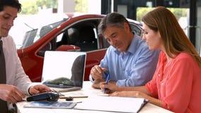 Клиенты sigining некоторые важные документы акции видеоматериалы