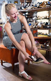 Клиент взрослой женщины пробуя на парах сандалий Стоковое Фото