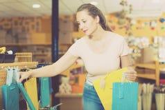 Клиент выбирает аксессуары для подарка Стоковые Фото