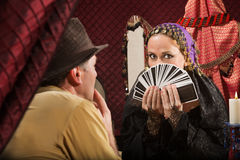 Клиент выбирает карточку Tarot Стоковая Фотография RF