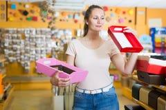 Клиент выбирает яркие коробки для подарков Стоковые Изображения