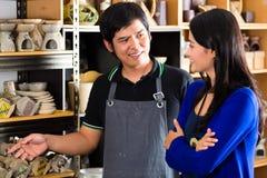 Клиент в азиатской гончарне Стоковое фото RF