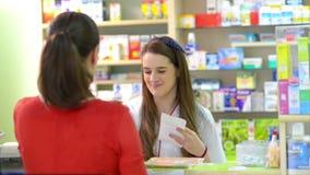 Клиент в аптеке покупая некоторое лекарство видеоматериал