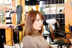 Клиент в парикмахерской стоковые фотографии rf