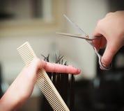 Клиент женщины волос вырезывания парикмахера в салоне красоты парикмахерских услуг Стоковое Изображение