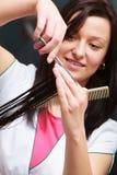 Клиент женщины волос вырезывания парикмахера в салоне красоты парикмахерских услуг Стоковые Изображения