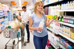 Клиент женщины выбирая шампунь Стоковая Фотография RF