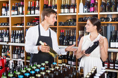 Клиент женщины порции продавца с бутылкой вина Стоковое Изображение