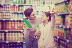 Клиент женщины при девушка ища освежая напитки Стоковое Изображение RF