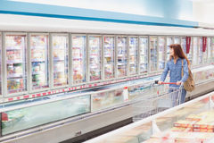 Клиент ища продукт в замороженном междурядье Стоковое Изображение