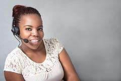 Клиент красивого черного агента центра телефонного обслуживания говоря Стоковые Изображения RF