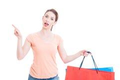 Клиент молодой дамы имея отличную идею и держа хозяйственные сумки Стоковое Изображение RF