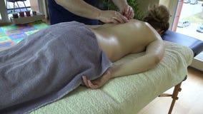 Клиент обслуживания терапевта Masseur женский на таблице в квартире 4K видеоматериал